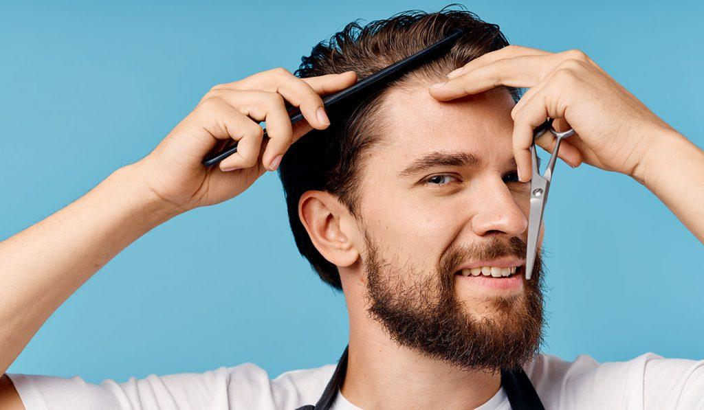 homme qui se coupe les cheveux soi même
