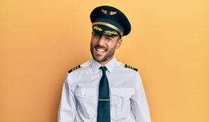 homme gay en uniforme